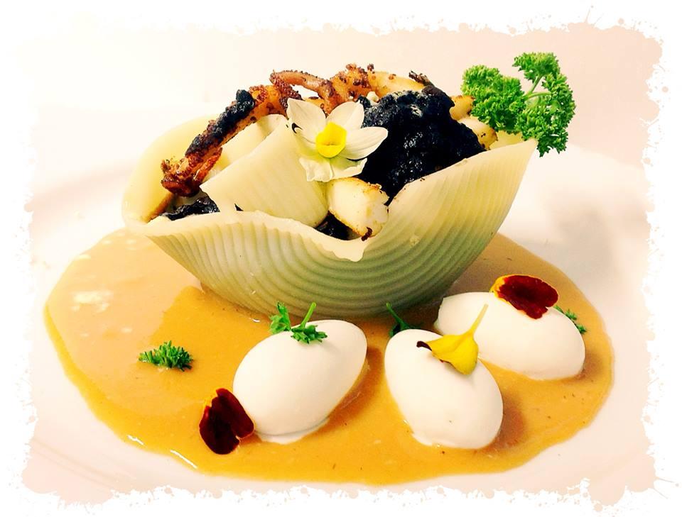 caccavella con zuppa di ceci neri della Murgia carsica, con polpo arrosto, servita su bisque di gambero bianco, ovetto di ricotta di bufala e fiori eduli