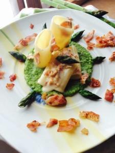 Paccheri cremosi su vellutata di asparagi e speck croccante di Cuciniamolo Insieme