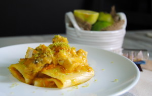 Paccheri con crema di datterino giallo, spada rosolato e scorza di lime di The Black Kitchen
