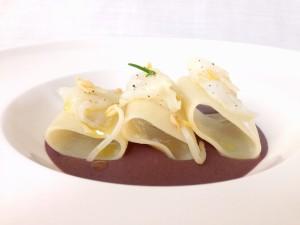 Paccheri e baccalà su crema di fagioli azuki e germogli di fagioli mung di La Rogina dei Fornelli