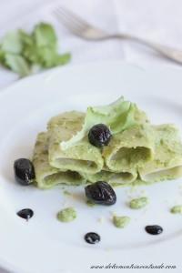 Paccheri con pesto di lattughino e noci brasiliane con olive nere e  limone di Dolcemente Inventando